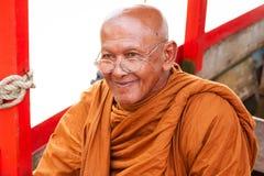 传统橙色衣裳的泰国修士 免版税库存照片
