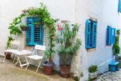 传统欧洲地中海建筑风格在街道和住宅房子 免版税库存照片