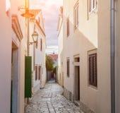 传统欧洲地中海建筑风格在街道和房子,围场,门廊,台阶,快门下午 图库摄影