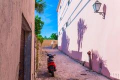 传统欧洲地中海建筑风格在街道和房子,围场,门廊,台阶,快门下午 库存照片