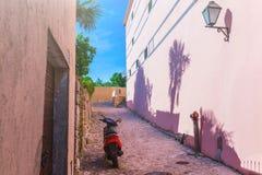 传统欧洲地中海建筑风格在街道和房子,围场,门廊,台阶,快门下午 免版税库存图片