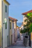 传统欧洲地中海建筑风格在街道和房子,围场,门廊,台阶,快门下午 库存图片