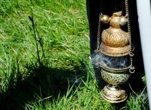 传统正统仪式的熏香台,与灼烧的香火烟  库存照片