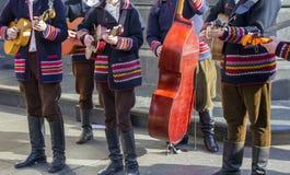 传统民间服装的克罗地亚tamburitza音乐家 免版税图库摄影
