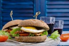 传统汉堡用油煎的烟肉 库存照片