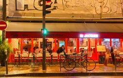 传统法国咖啡馆在圣米歇尔大道附近的圣雅克位于巴黎,法国 免版税图库摄影