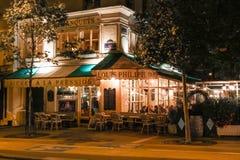 传统法国咖啡馆路易斯菲利普在晚上,巴黎,法国 免版税库存图片