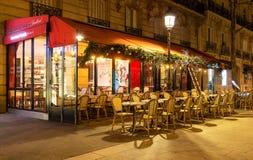 传统法国咖啡馆de为圣诞节装饰的巴黎,巴黎,法国 免版税图库摄影