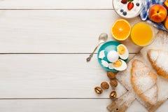 传统法国早餐背景拷贝空间 免版税库存照片