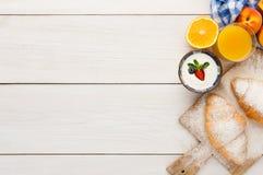 传统法国早餐背景拷贝空间 免版税图库摄影