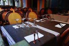 传统法国街道咖啡馆在普罗旺斯,安定为午餐或 免版税库存图片
