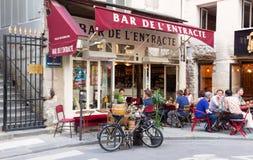 传统法国酒吧de L Entracte在天窗宫殿博物馆附近位于巴黎,法国 图库摄影