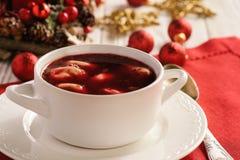 传统波兰圣诞节汤-红色罗宋汤汤用在白色板材的饺子 库存图片