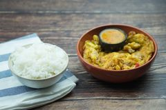 传统泰国样式煎蛋卷用辣辣味番茄酱 库存照片