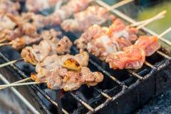 传统泰国烤肉在开放的市场上 库存照片