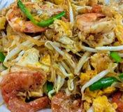 传统泰国面条泰国样式的垫或Phad顶视图泰国用在盘的新鲜的虾 免版税库存图片