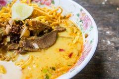 传统泰国食物, Khao大豆在木桌上的汤面 库存图片