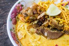 传统泰国食物-接近的Khao大豆面条、咖喱汤用黄色面条和肉 免版税库存图片