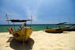 传统渔夫小船停泊了在美好的海视图和沙滩在明亮的晴天下 库存照片