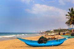 传统渔船在海滩站立在去海前 免版税库存照片