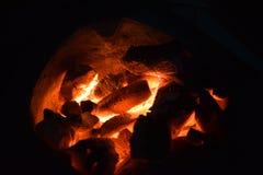 传统火炉木炭燃烧 射击在火炉的木炭烹调的食物或烤肉并且煮沸水 免版税库存照片