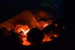 传统火炉木炭燃烧 射击在火炉的木炭烹调的食物或烤肉并且煮沸水 图库摄影