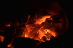 传统火炉木炭燃烧 射击在火炉的木炭烹调的食物或烤肉并且煮沸水 库存照片