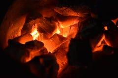 传统火炉木炭燃烧 射击在火炉的木炭烹调的食物或烤肉并且煮沸水 库存图片