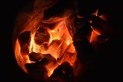 传统火炉木炭燃烧 射击在火炉的木炭烹调的食物或烤肉并且煮沸水 免版税库存图片