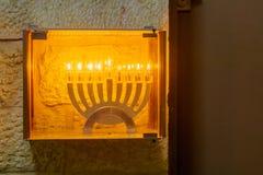 传统犹太教灯台光明节灯,有橄榄油蜡烛的,耶路撒冷 免版税库存图片