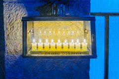 传统犹太教灯台光明节灯,有橄榄油蜡烛的,耶路撒冷 免版税库存照片