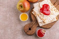 传统犹太洁净未发酵的面包用苹果、果酱和蜂蜜 库存图片