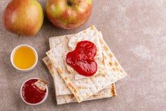 传统犹太洁净未发酵的面包用苹果、果酱和蜂蜜 免版税库存图片