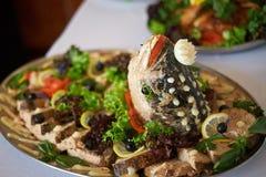 传统犹太逾越节食物鱼丸用红萝卜、荷兰芹、辣根和莴苣在白色亚麻制桌上 库存图片