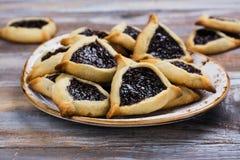 传统犹太Hamantaschen曲奇饼用莓果果酱 普珥节庆祝概念 免版税库存照片