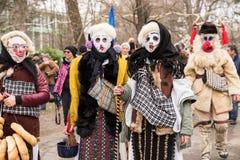 传统狂欢节服装的人们在Kukeri节日kukerlandia扬博尔,保加利亚 从罗马尼亚的参加者 图库摄影