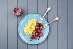 传统瑞典盘 牛肉丸子用红色莓果调味汁和 免版税图库摄影