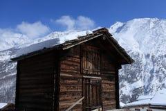 传统瑞士山中的牧人小屋的瑞士 免版税库存照片
