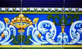 传统瓦片的细节从老房子门面的  装饰瓦片 免版税库存照片