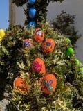 传统用装饰的色的鸡蛋在东部的春天 免版税库存图片