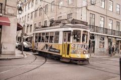 传统电车支架在里斯本的市中心 库存图片