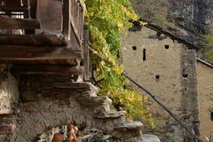 传统石建筑学在意大利阿尔卑斯在秋天 库存图片