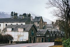 传统石房子连续沿在Tarbet v的路 免版税图库摄影