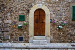 传统石finca房子门道入口valldemossa majorca的 免版税库存照片