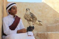 传统礼服的年轻Qatari男孩 库存图片