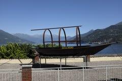 传统科莫湖小船告诉了露西娅 库存图片