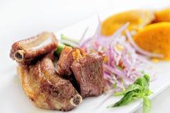 传统秘鲁膳食在餐馆告诉了Chicharron de Panceta de Cerdo服务 库存照片