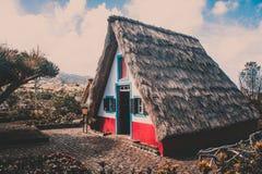 传统秸杆屋顶马德拉岛房子 免版税库存图片