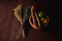 传统简单的膳食设定了用肉和菜 库存照片