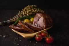 传统简单的膳食设定了用肉和菜 免版税库存图片